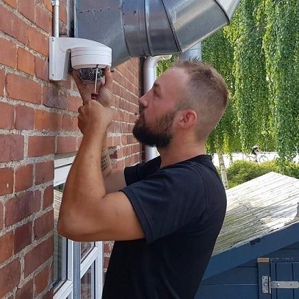 Sune en elektriker København installerer overvågning i Valby.