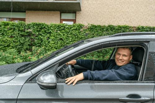 Autolåsesmed rykker ud med desamme med et stort smil på billedet.