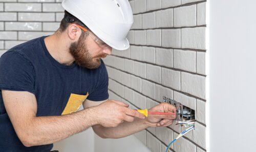 Spar penge hyr god elektriker i København, her laver en elarbejde