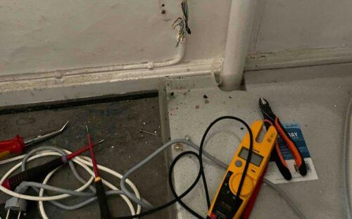 På arbejde hos Norh elektriker Rødovre roder det lidt iblandt.