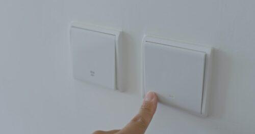 Her kan du læse om udskiftning af lysdæmper og afbryder, hvis du må selv eller om du har brug for at hyre en autoriseret elektriker som f.eks. Norh