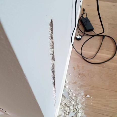 En kunde har boret ind i et kabel, første trin er at gøre plads tid at reparere kablerne i væggen