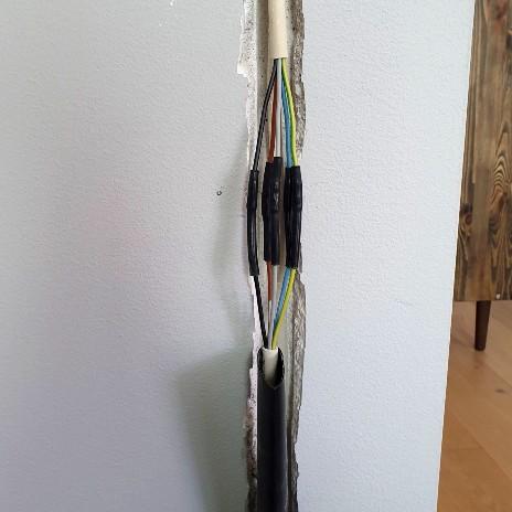 Herefter samles de rette kabler en ad gangen (obs. det må kun laves af en autoriseret elektriker)