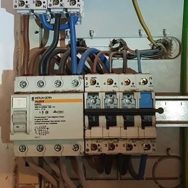 Eltavle testes af den autoriserede elektriker, tjek så at alt virker inklusive sikringerne.