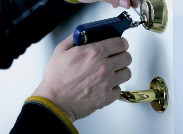 Norh låsesmed Nørrebro åbner en dør med låsepistol