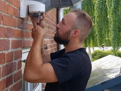 Elektriker dragør installerer overvågningskamera